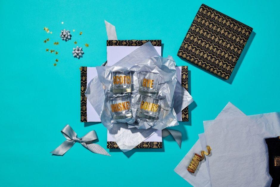 Gläser in Geschenkverpackung auf türkisem Untergrund