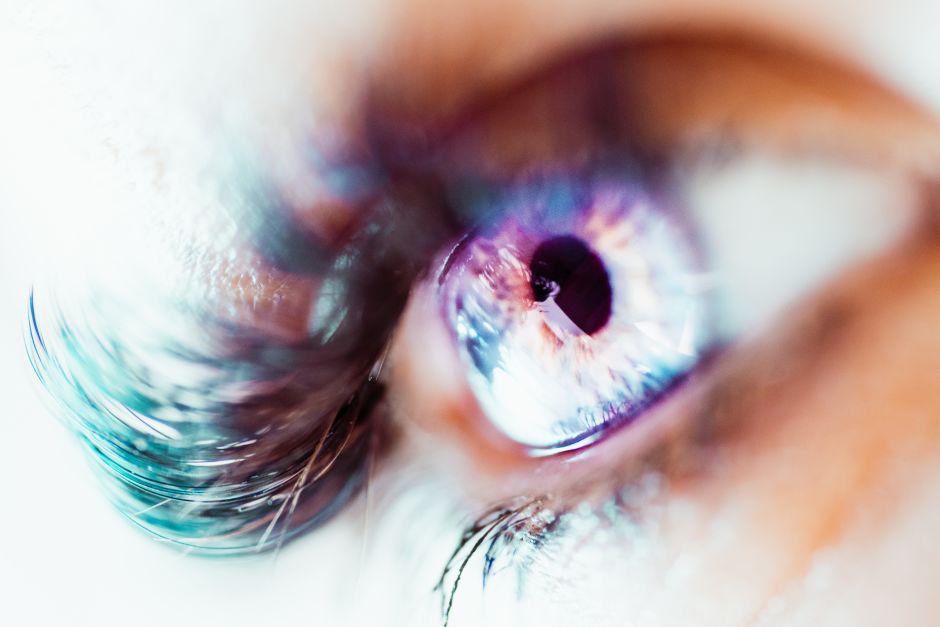 Auge mit schwarzen Wimpern
