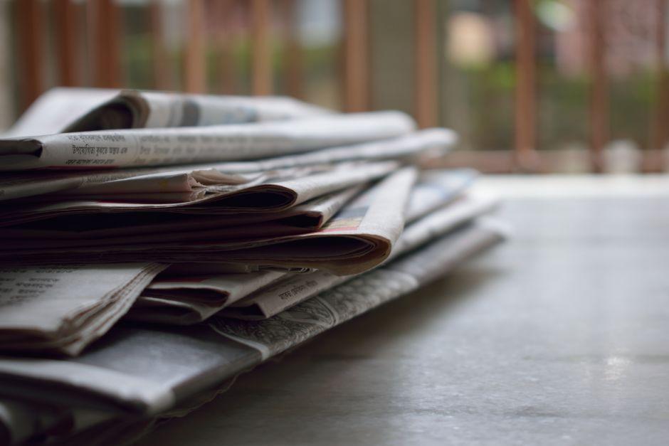 Zeitungen auf einem Tisch