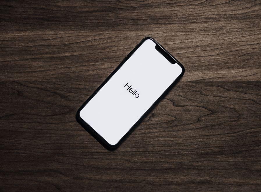 iPhone ultimo modello con la scritta Hello sullo schermo