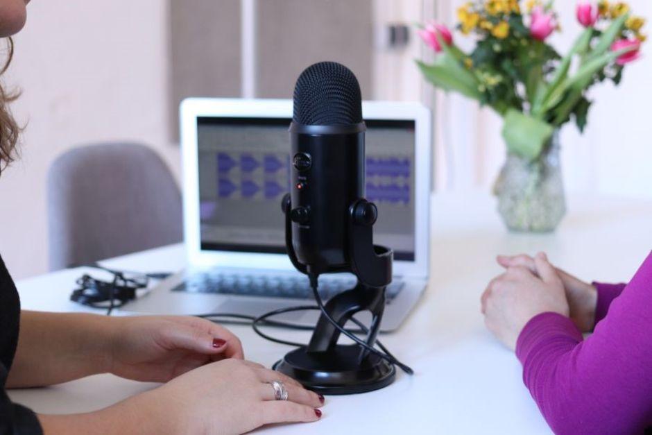 Mikrofon steht auf Tisch mit Laptop