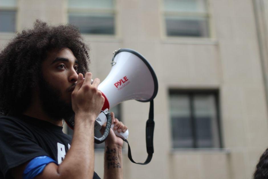 Mann mit Megaphon in der Hand