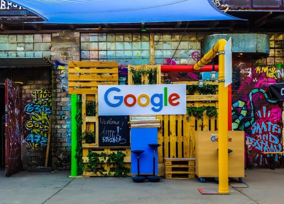 Logo Google su uno sfondo urbano