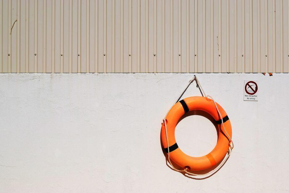 Schwimmreifen hängt an einer weißen Wand
