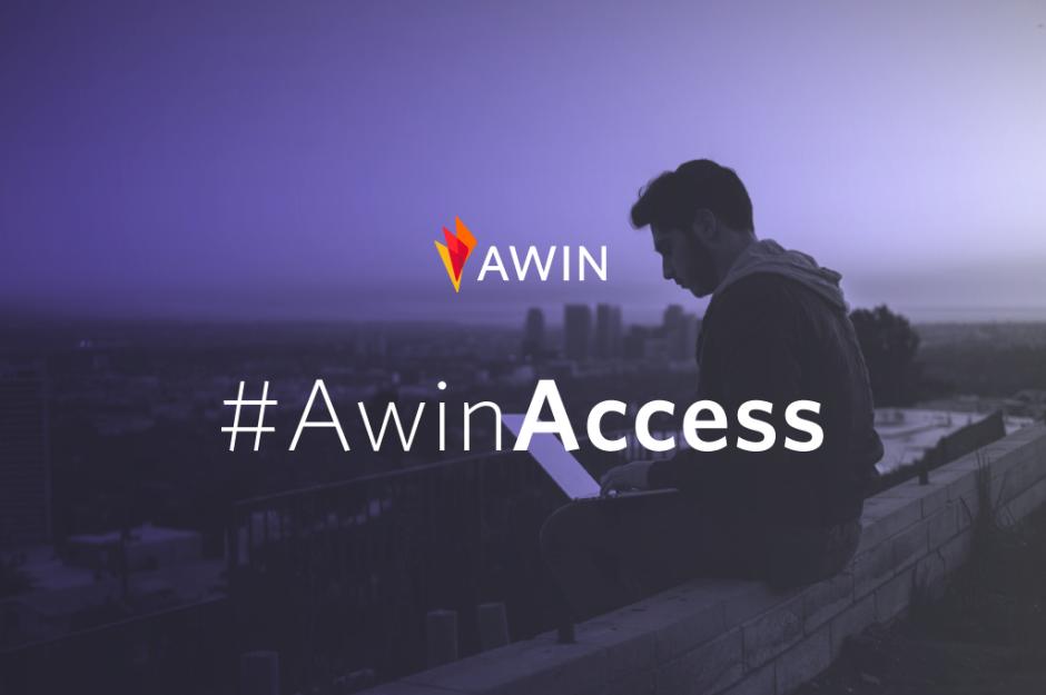 Ragazzo seduto al pc con la scritta Awin Access