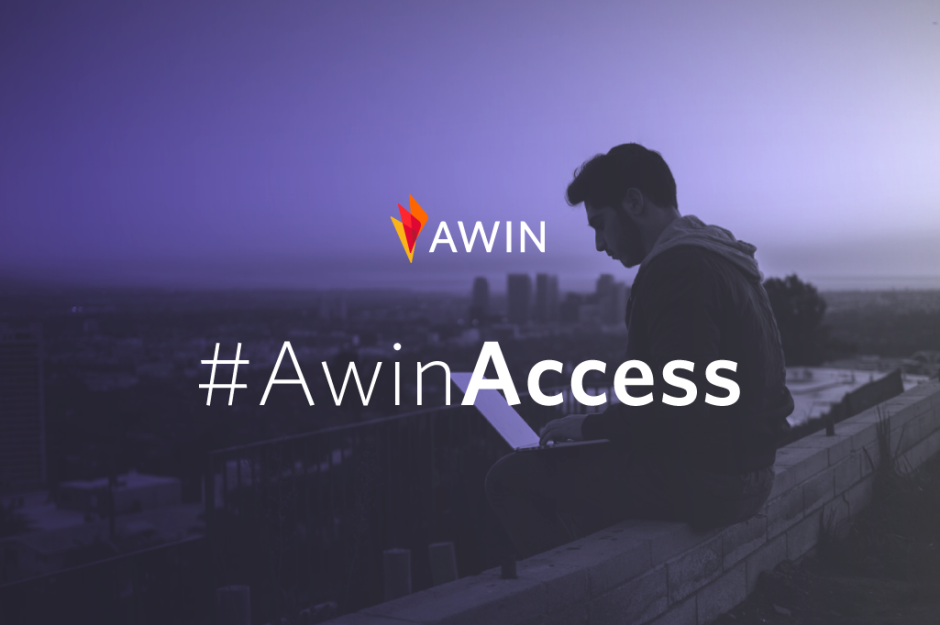 """Garçon assis à l'ordinateur avec les mots """"Awin Access"""