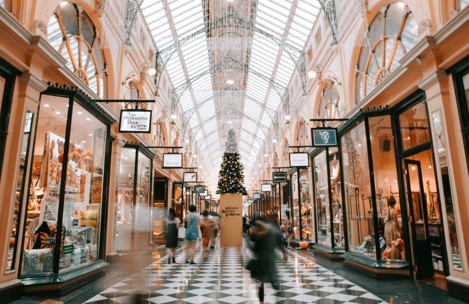 Einkaufspassage mit weihnachtlicher Dekoration