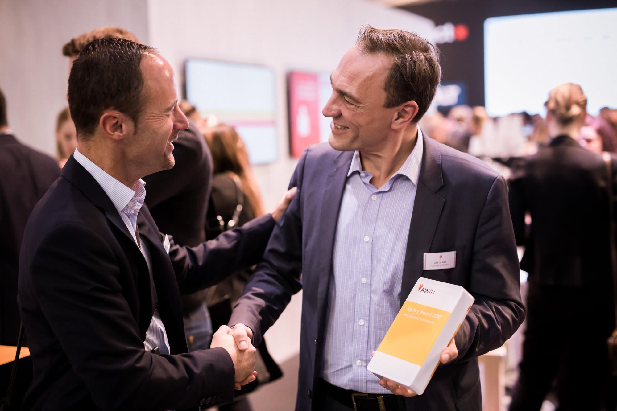 Martin Rieß überreicht den Award an Daniel Schetter