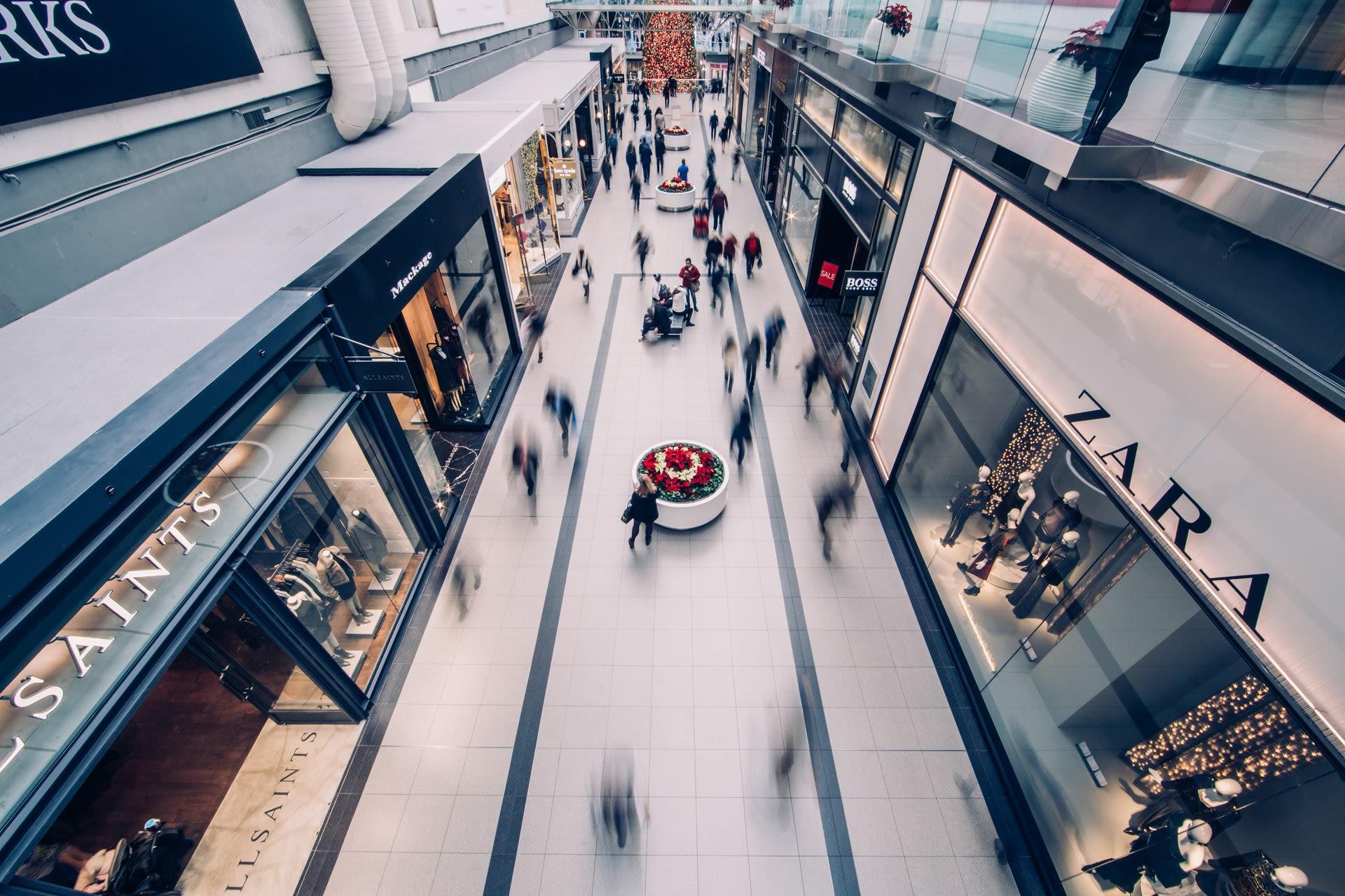 Visione dall'alto di alcuni negozi con persone nel mezzo