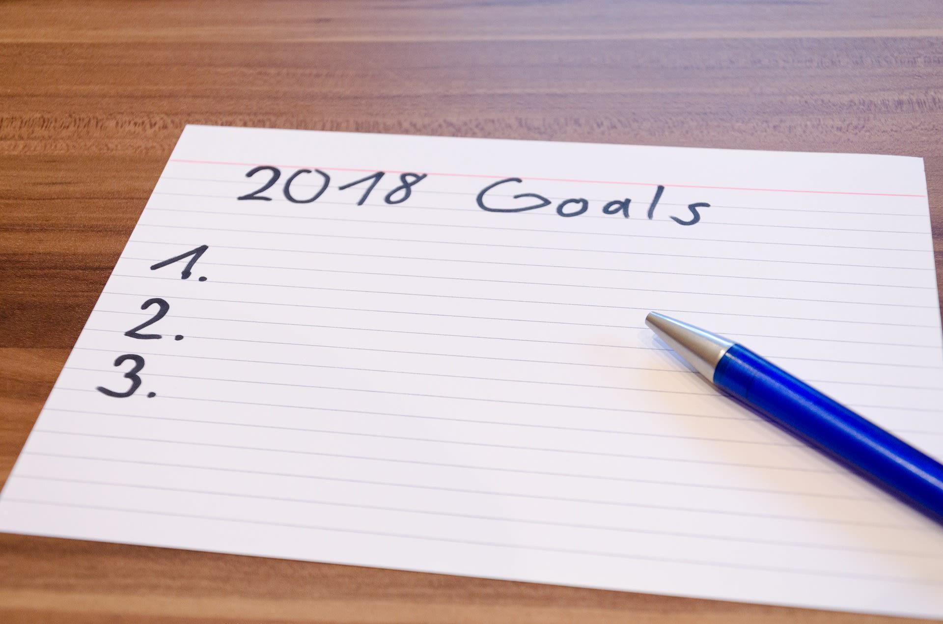 Foglio e penna pronti a scrivere i buoni propositi 2018