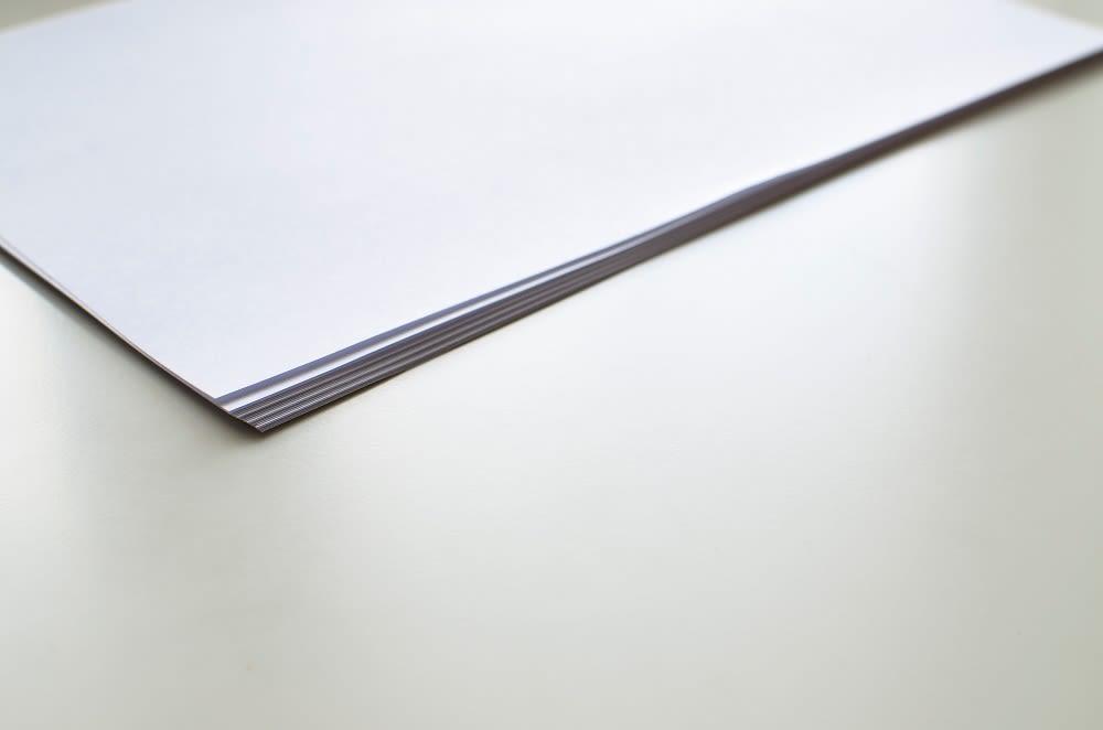 Papier auf Tisch