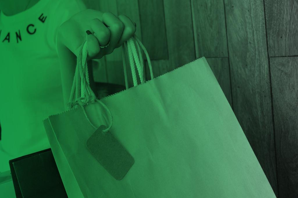 Einkaufstüte in der Hand