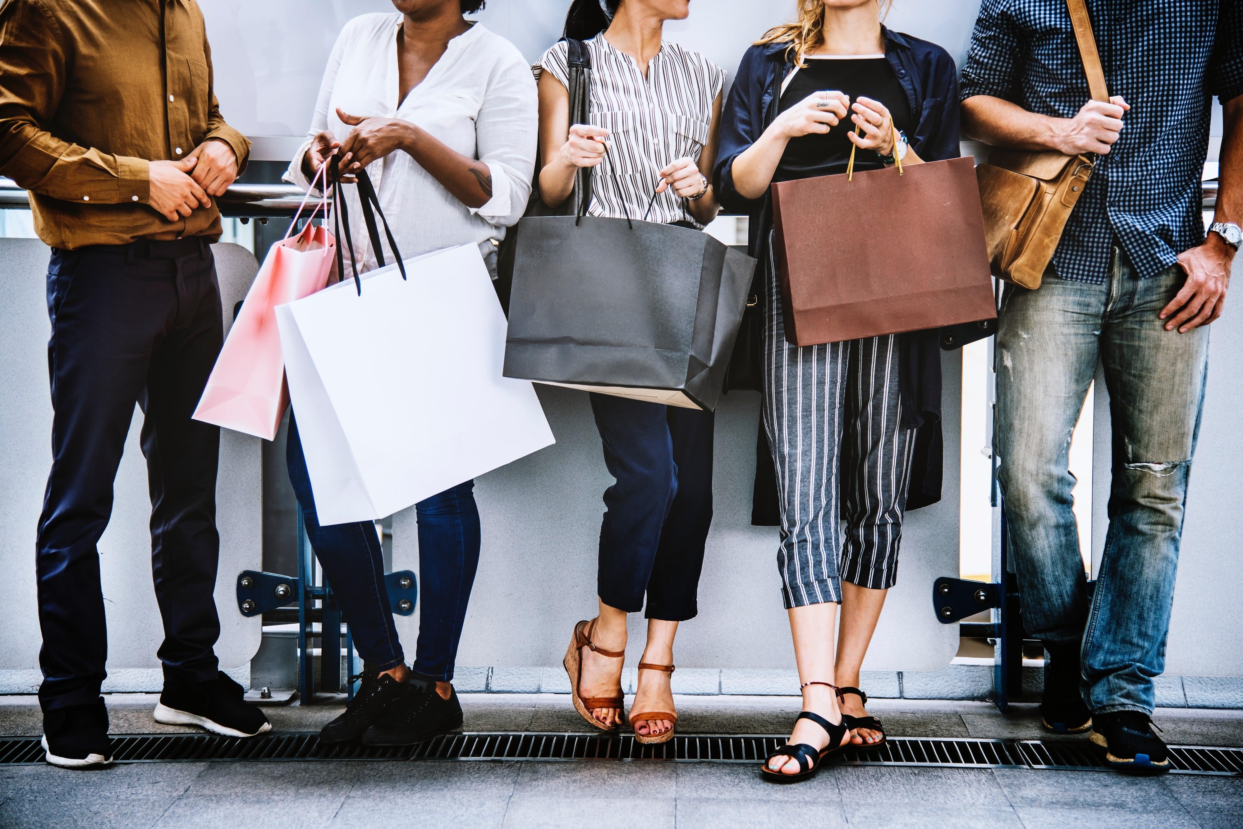 Menschen mit Einkaufstüten