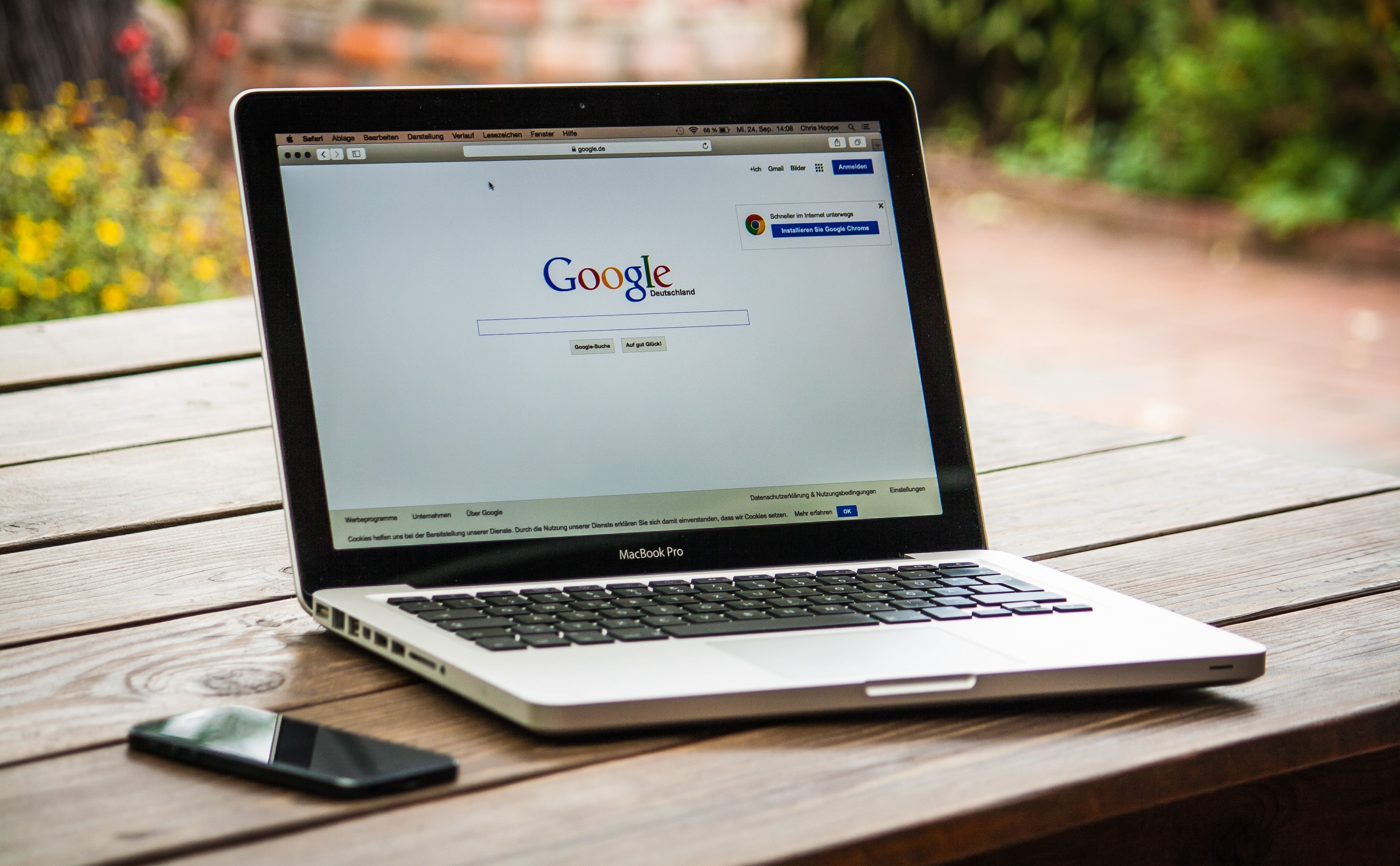 Mac Book Pro aperto sul motore di ricerca Google