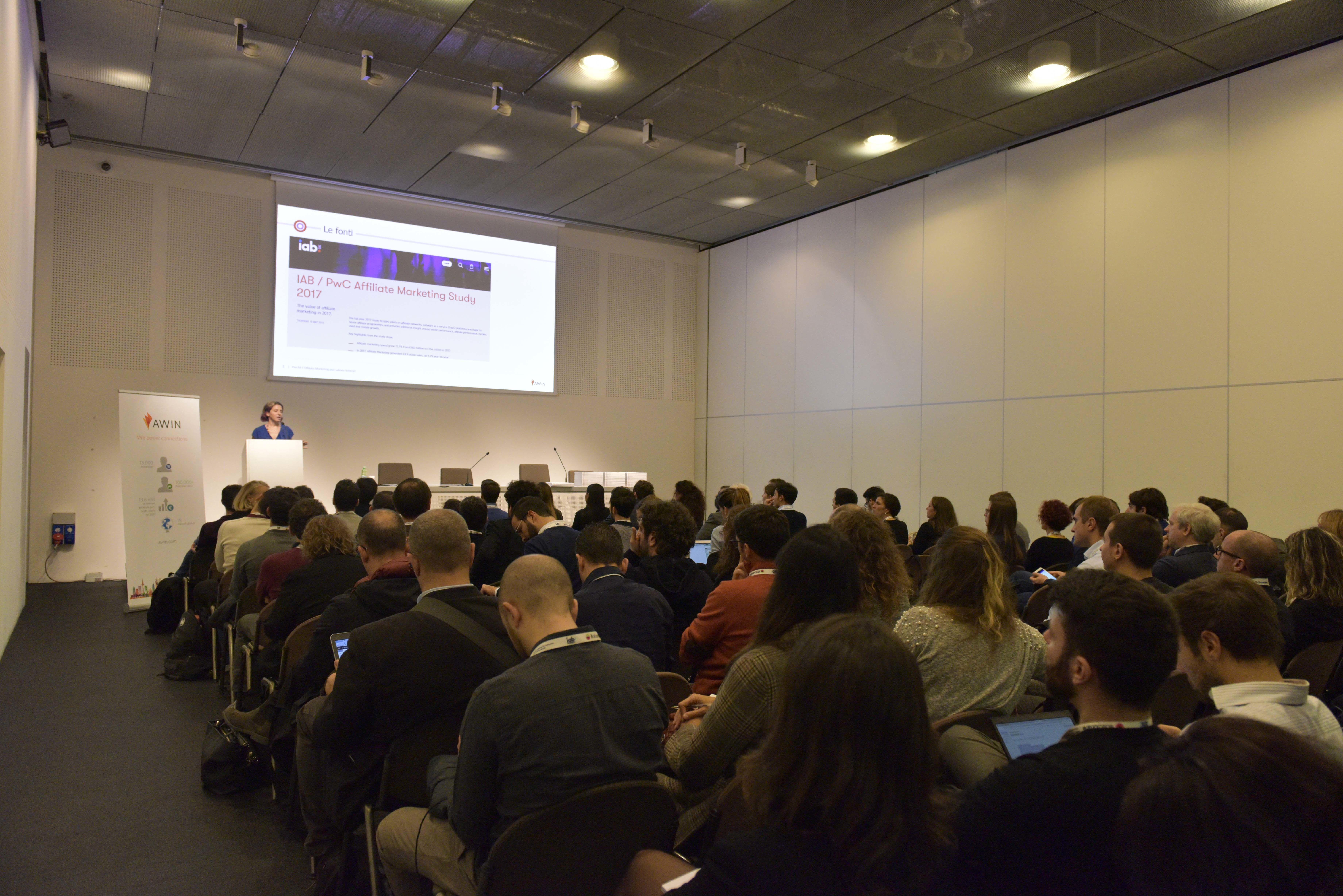 Sala conferenze piena di partecipanti