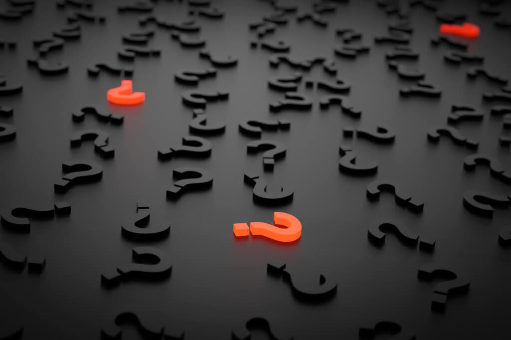 punti interrogativi neri e altri in arancione