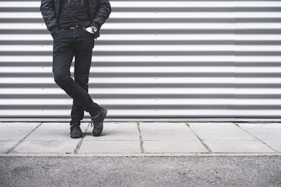 Foto di uomo senza volto in piedi su sfondo a righe