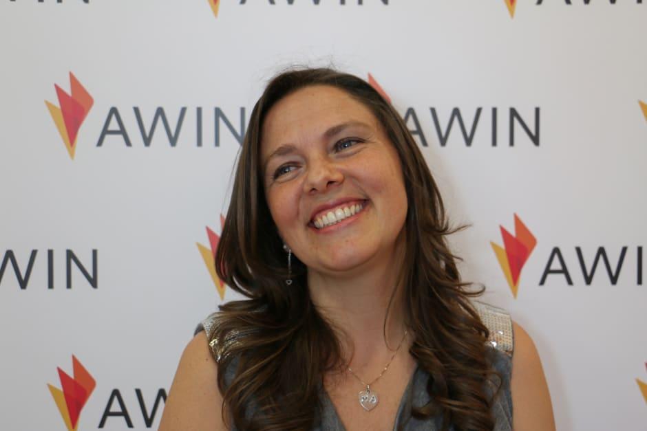 Un'immagine di Daiana, sullo sfondo il logo Awin