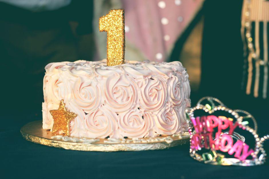 Torte mit einer goldenen Eins als Kerze