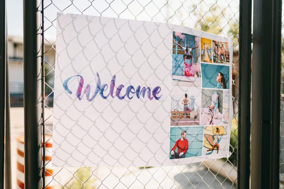 Willkommenschild am Zaun
