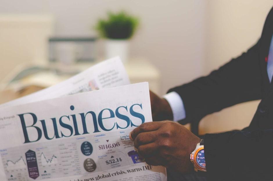 persona che ha in mano un giornale di business