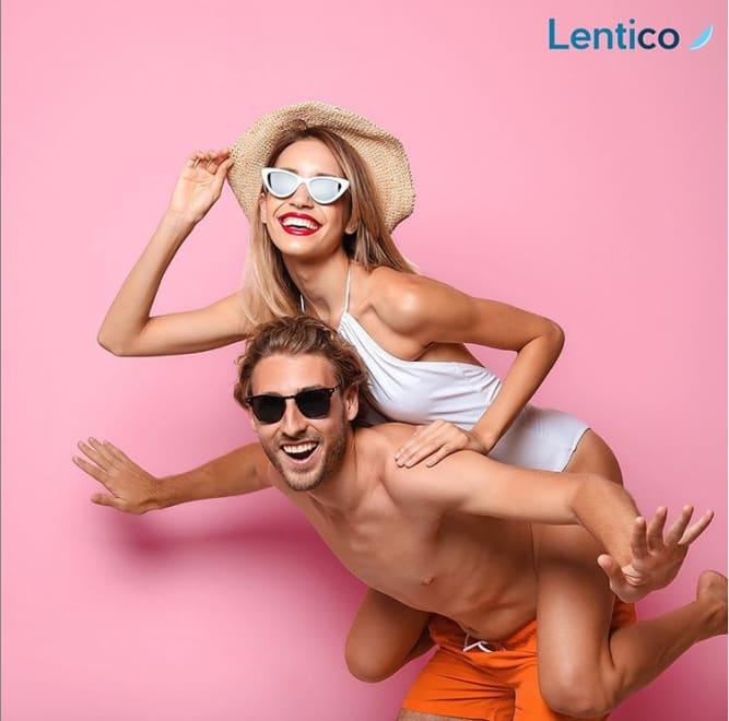 Un ragazzo e una ragazza che indossano occhiali da sole