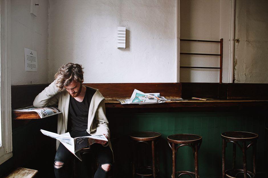 ragazzo che legge un giornale
