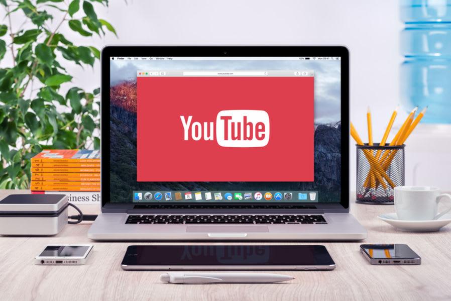 fotografia di un mac acceso con logo di youtube