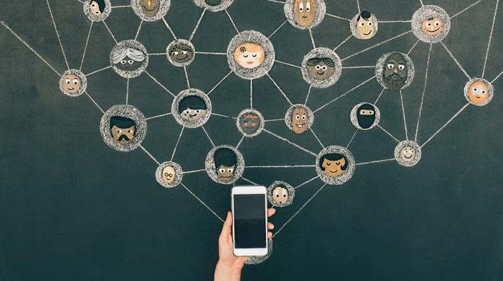 Rete di contatti virtuali che parte dallo smartphone