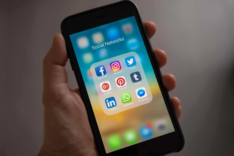 Schermo di un iphone che mostra le app social