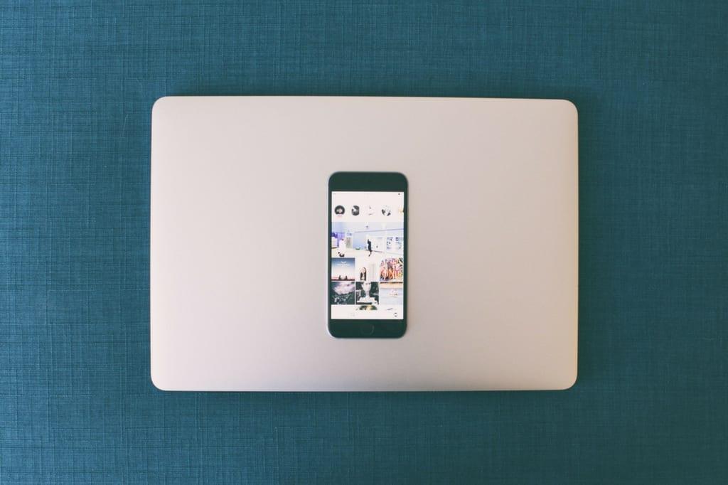 iPhone appoggiato su Macbook Apple