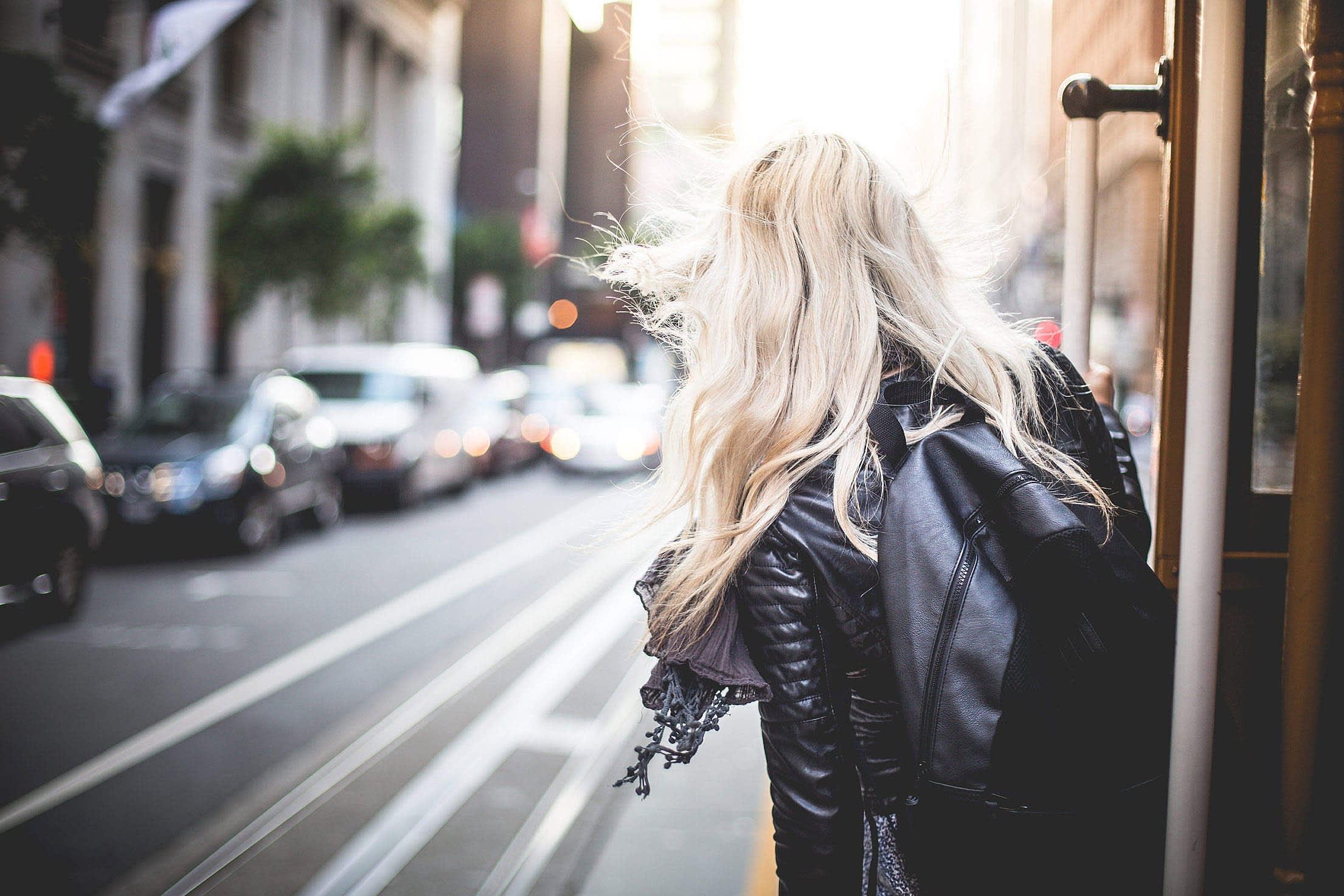 Blonde Frau auf Metro in San Francisco