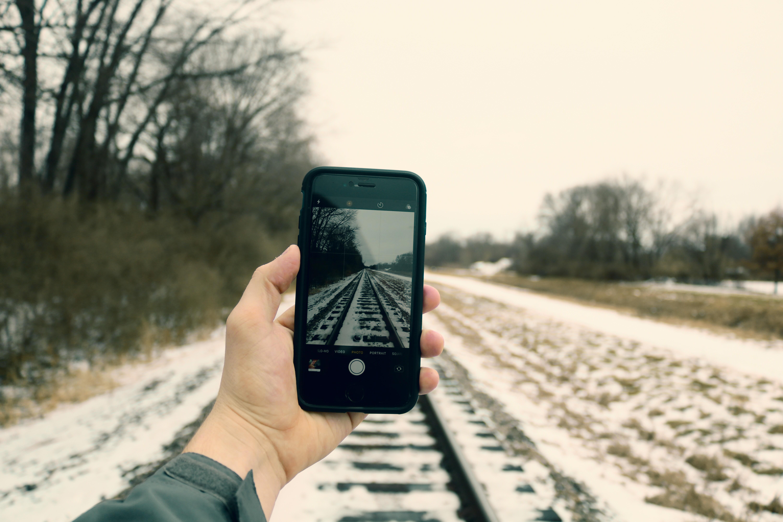 Handy in Hand vor Winterlandschaft