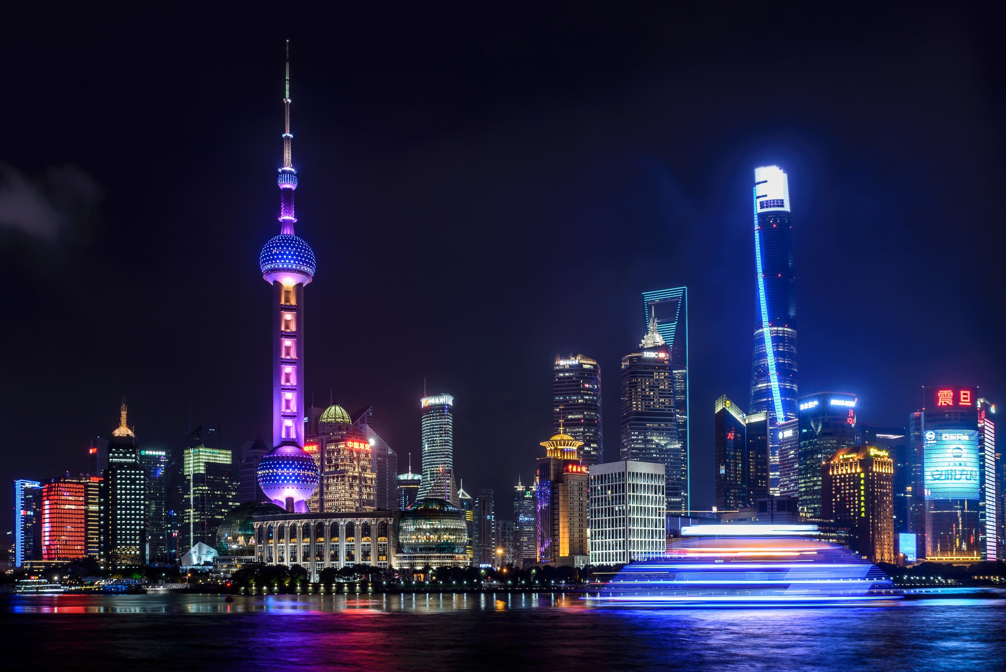 Shangai illuminata di notte