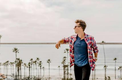 Ragazzo che guarda l'orizzonte a Los Angeles
