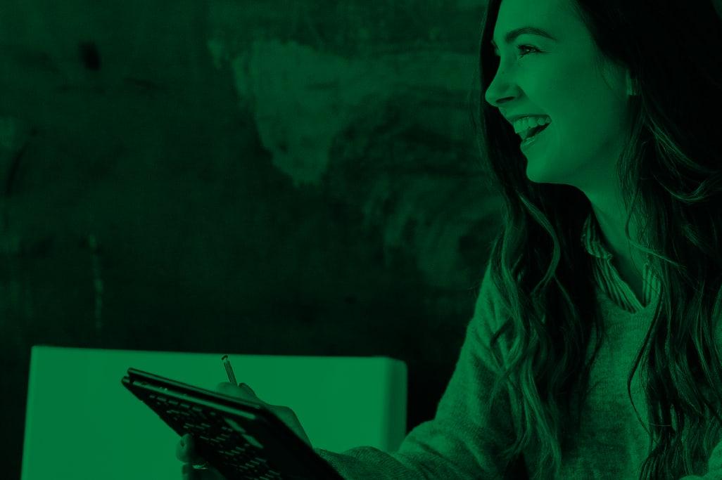 Frau lacht am Telefon